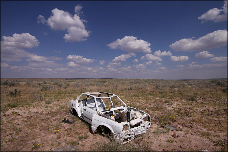 broken-down-car-in-desert-HGjx